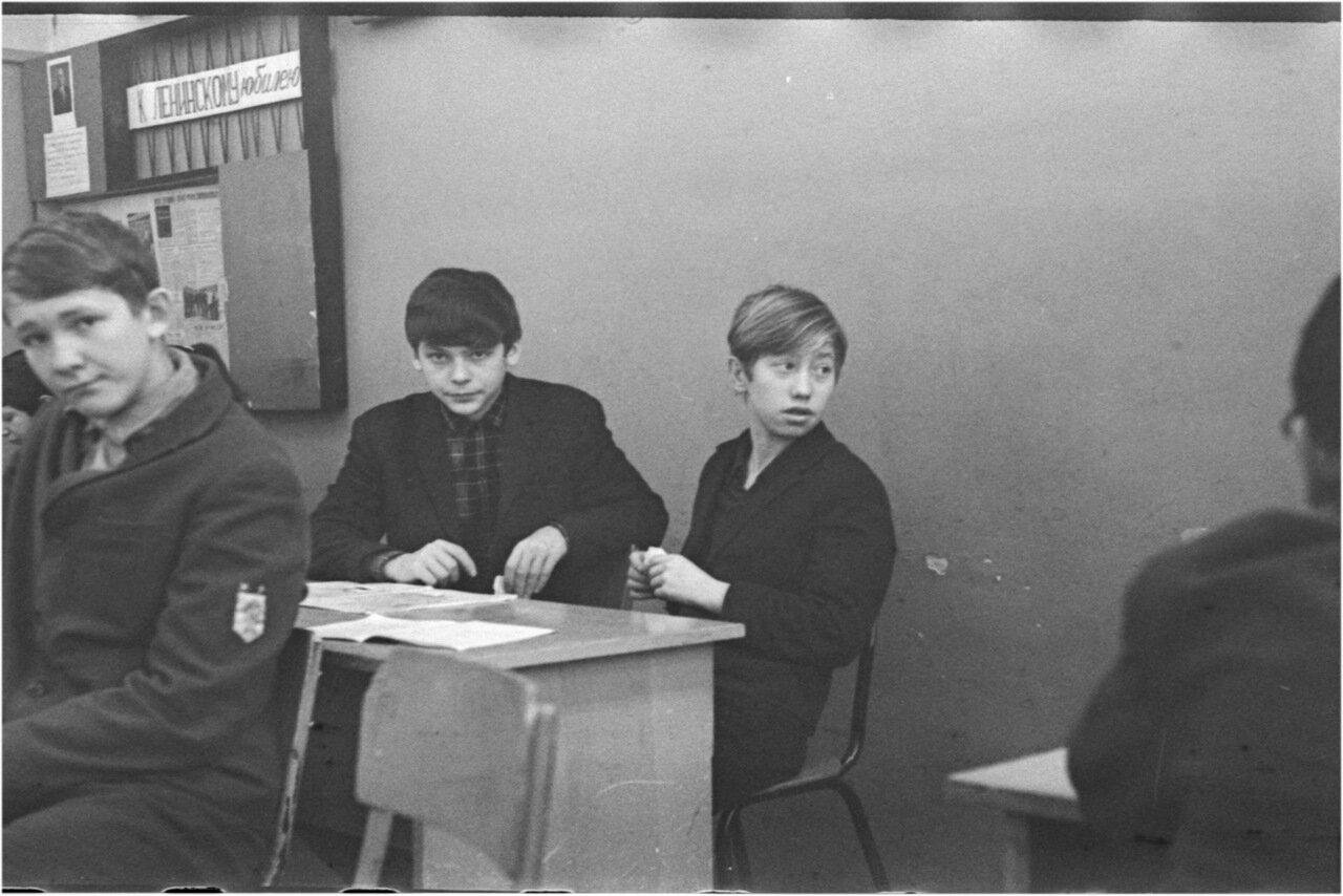 1969-70 класс 8 В История. Богомолов. Поздняков. Юра Зайцев