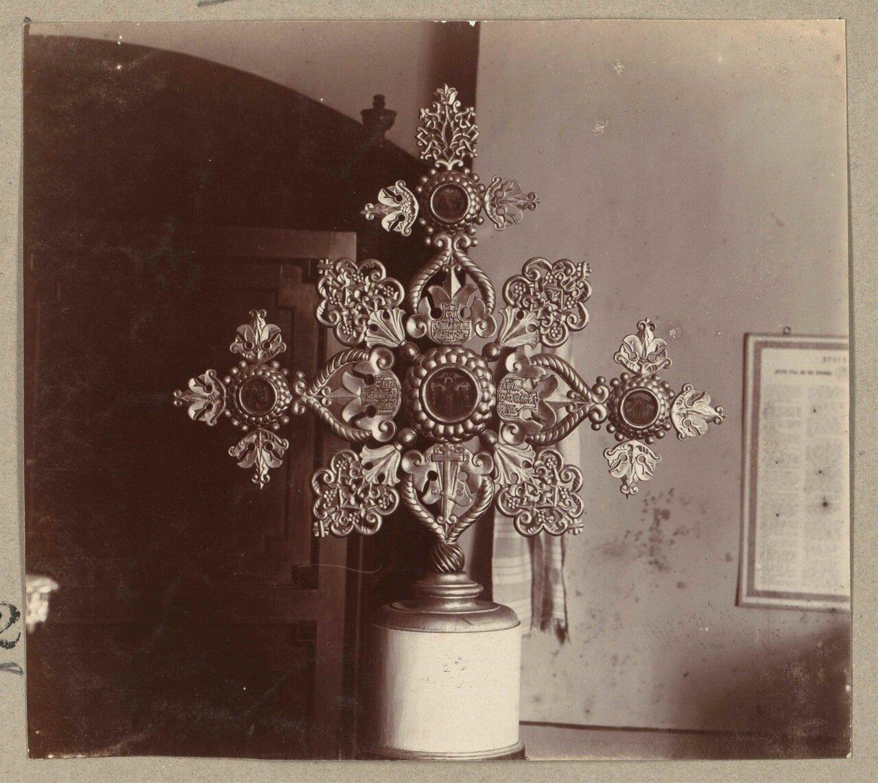 Запрестольный крест в старой Успенской церкви, подаренный Царем Алексеем Михайловичем