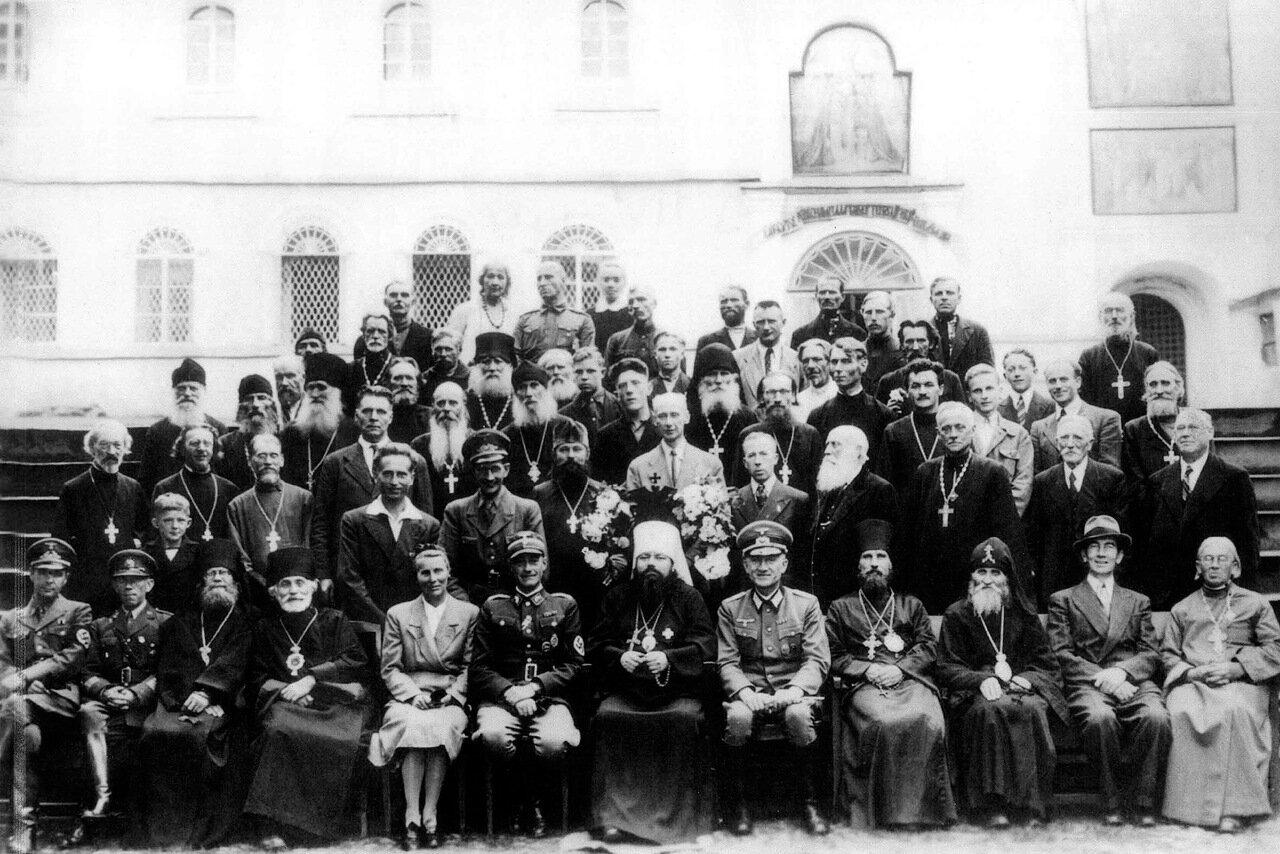 1942. Печоры, немецкие офицеры фотографируются со священнослужителями