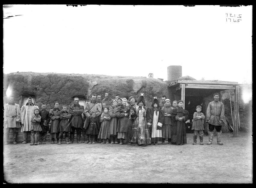 Группа якутов возле зимнего дома, 1902