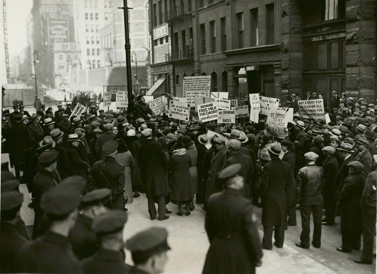 1932. Коммунистический митинг протеста возле Эмпайр-стейт-билдинг, Нью-Йорк