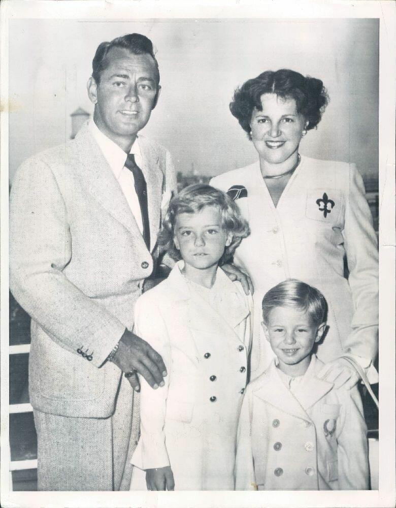 1952. Актер Алан Лэдд и его семья