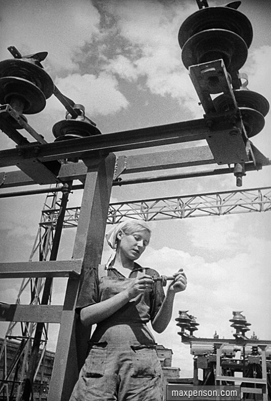 Девушка-монтажница у ферм электропередач на ГЭСе