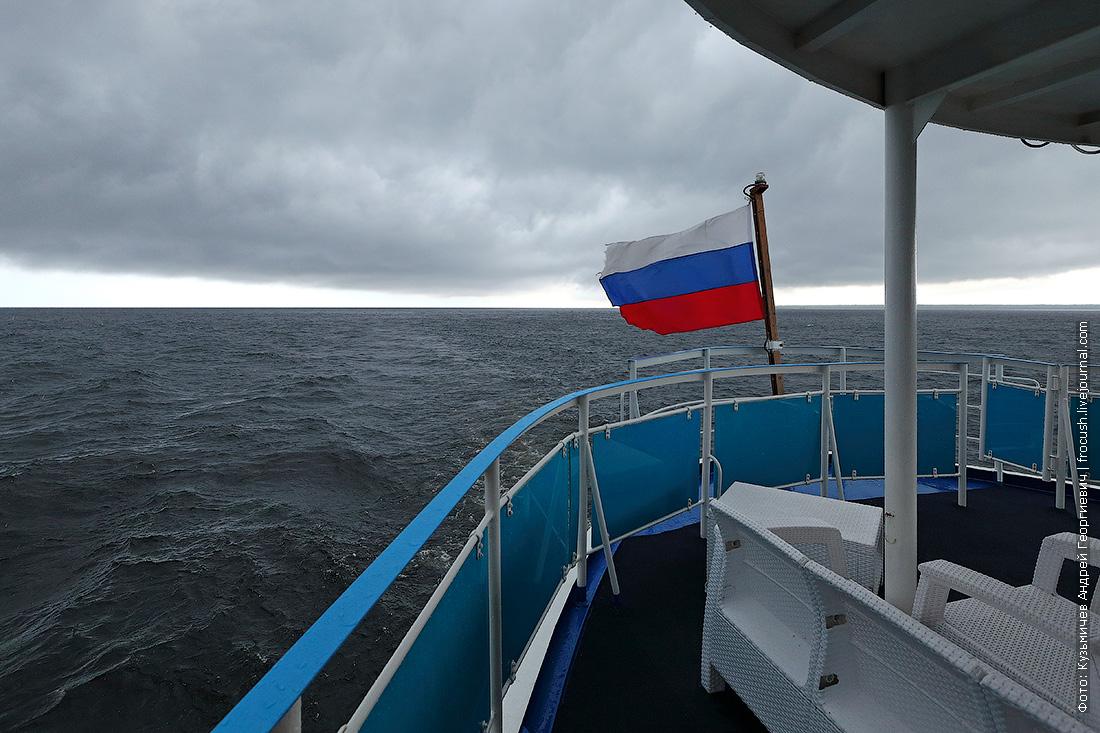 теплоход Русь Великая идет по Онежскому озеру