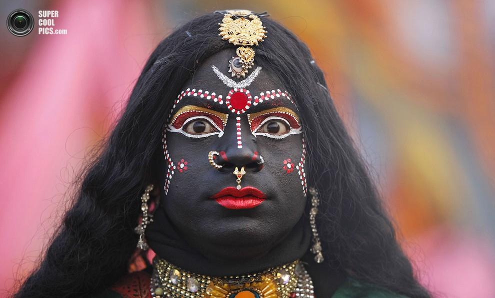 Артист, одетый как богиня Кали, участвует в процессии кСангаму.(AP Photo/Rajesh Kumar Singh)