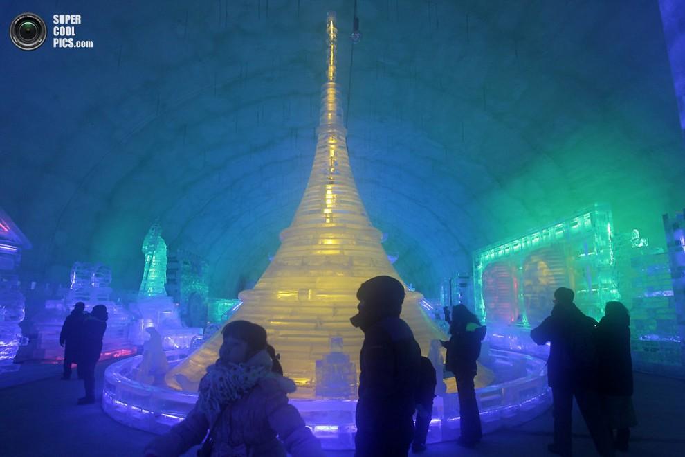 Люди рассматривают ледяные храмы и скульптуры. (Chung Sung-Jun/Getty Images)