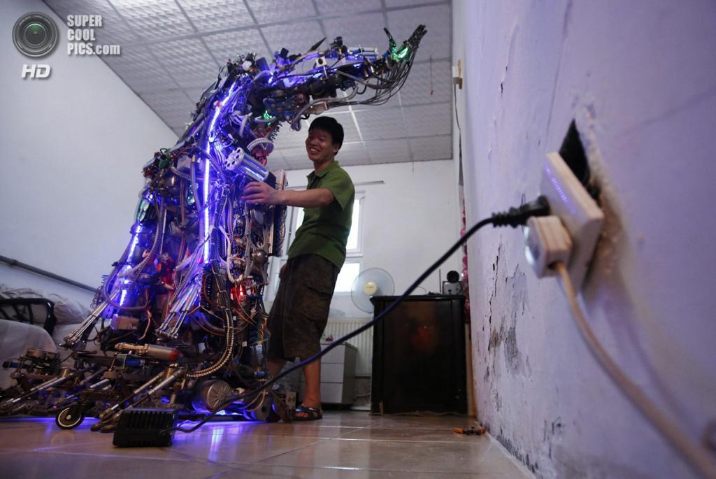 Китай. Пекин. 8 августа. Тао Сянли проводит демонстрацию «Короля инноваций». (REUTERS/Kim Kyung-