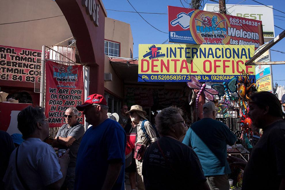 25. Рядом со стоматологией продают сувениры, есть кафе, посетителей музыканты развлекают. 15 фе
