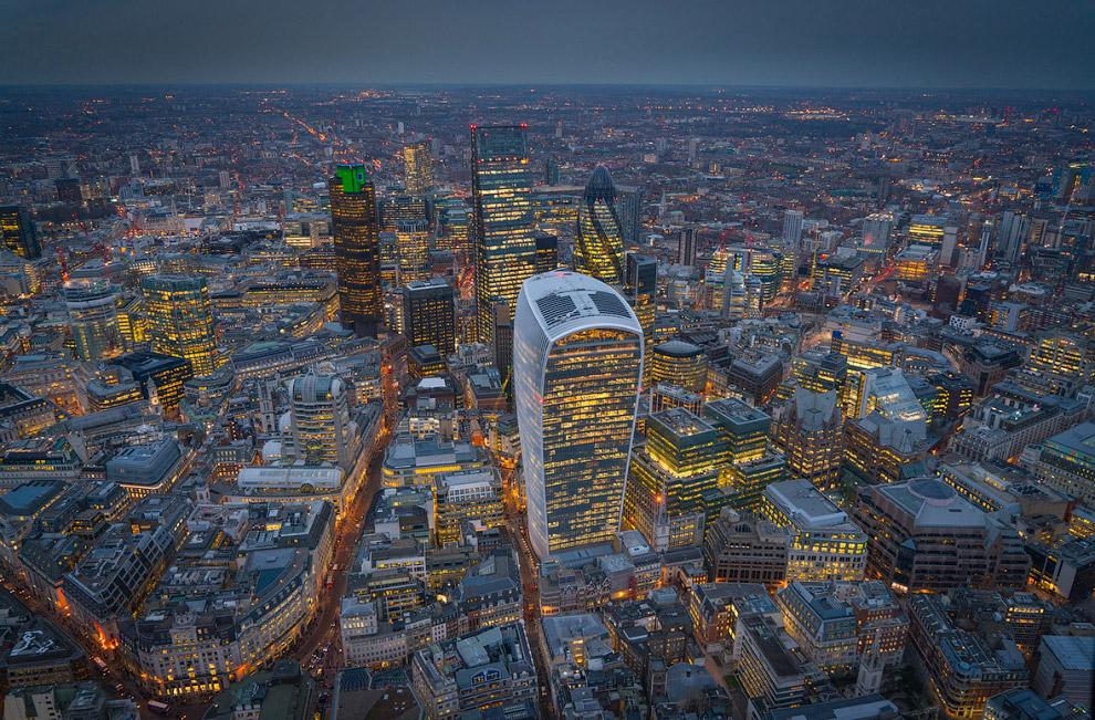 12. Офисно-жилой комплекс Central St Giles в Лондоне. Фасады расположены друг относительно друг