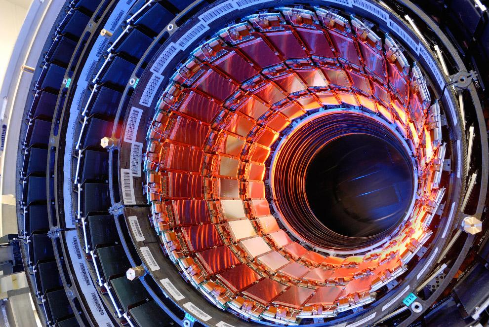 В 2010 году физикам впервые удалось кратковременно поймать в «ловушку» атомы антивещества. Для