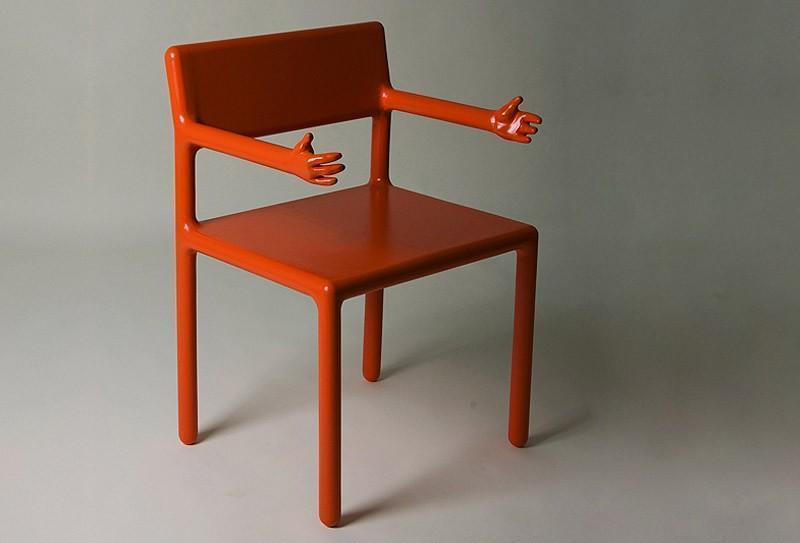 14. Невозможно отказать стулу, который сам тянет к тебе ручки