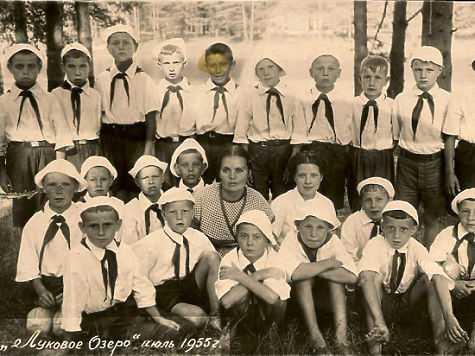 Группа пионеров лагеря «Луковое озеро», 1955-й год. Фото из личного архива Тимофея Шарамова. Самодел