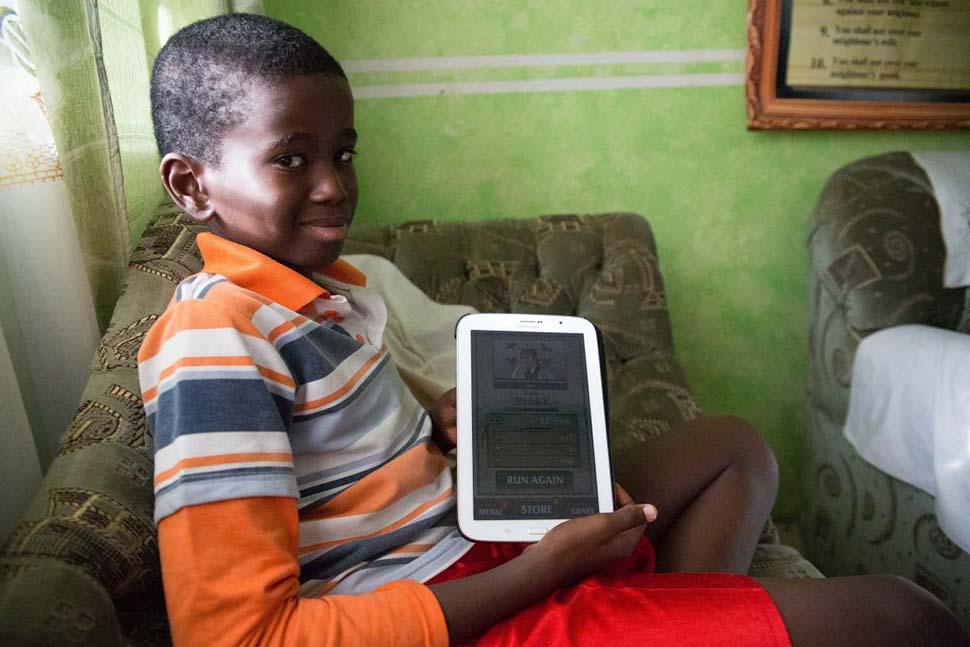 Кения, семейный доход — 3268 долларов на взрослого в месяц. Любимая игрушка — планшет.