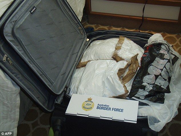 Чемодан, набитый кокаином, конфискованный австралийскими пограничниками.