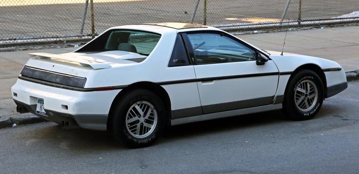 Pontiac Fiero В свое время Pontiac Fiero должен был восстановить доброе имя производителя. К сожален