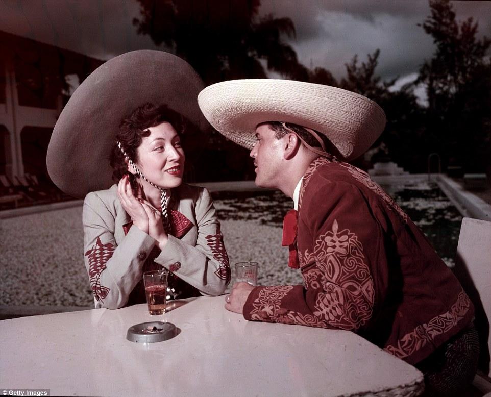 Пара в уличном кафе, июль 1953-го.