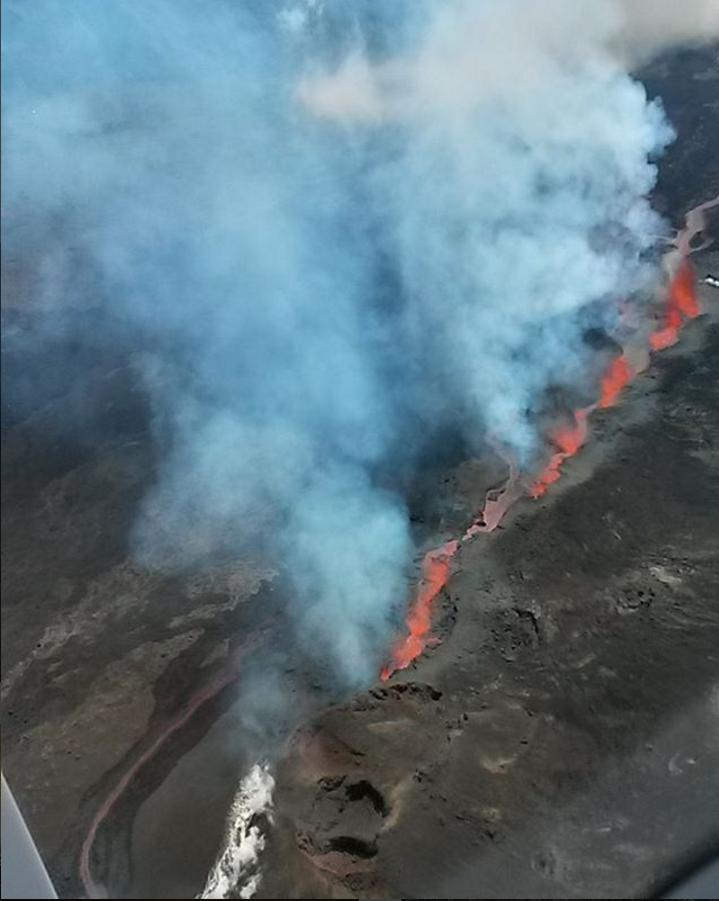 Вулкан Питон-де-ла-Фурнез вновь извергается