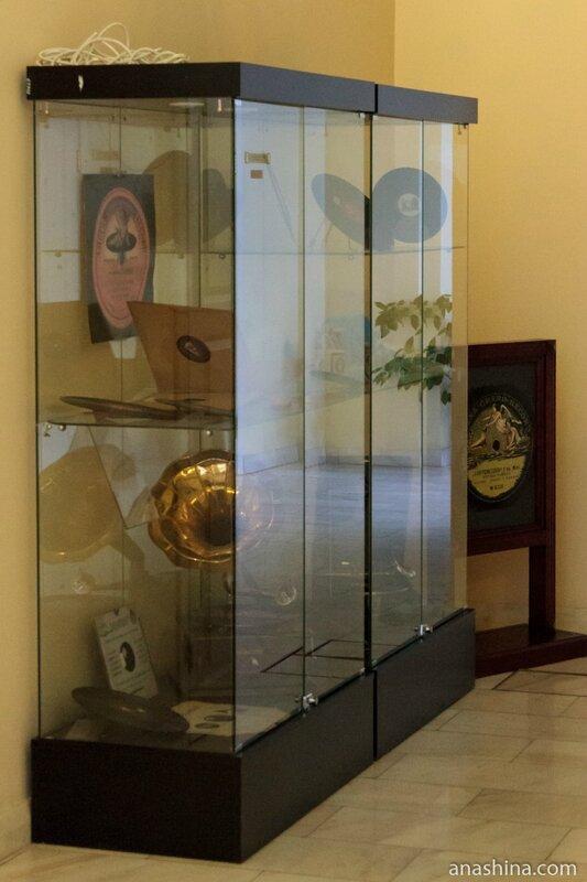 Витрина со старыми пластинками и граммофоном, дом Пашкова