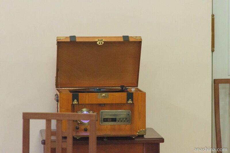 Старый проигрыватель, отдел нотных изданий и звукозаписей