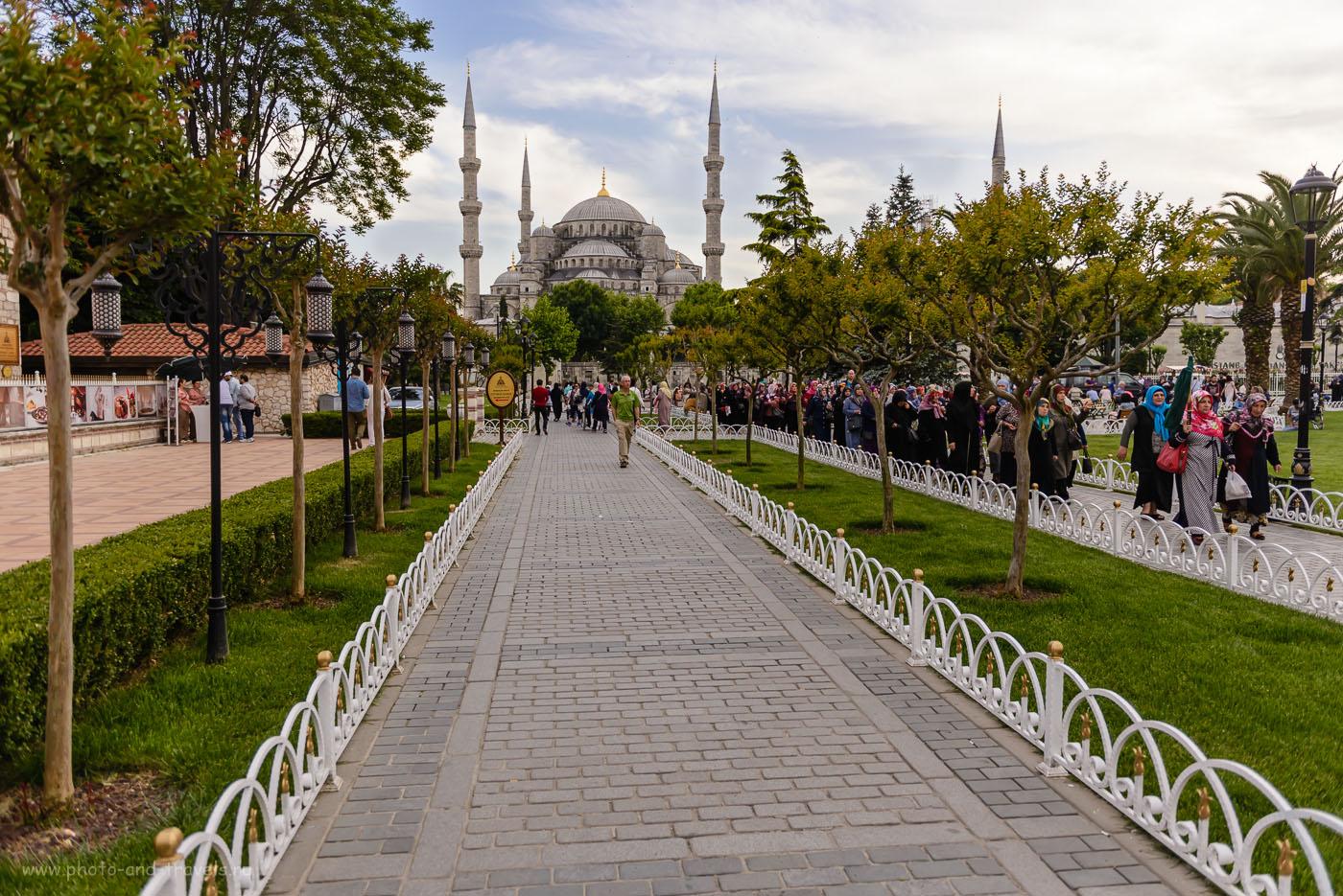 Фото 1. Голубая мечеть (Sultanahmet Camii) в Стамбуле – одна из самых известных достопримечательностей Турции, посмотреть на которую приезжают туристы со всего мира. Камера Nikon D610, объектив Nikon 24-70mm f/2.8. Параметры съемки: выдержка 1/1600 с, диафрагма f/2.8, экспокоррекция -0.67EV, ИСО 200, фокусное расстояние 24.