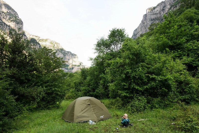 ночевка в палатке с годовалым ребенком в ущелье Викос тропа по ущелью Викос (sleeping in a tent in Vikos gorge)