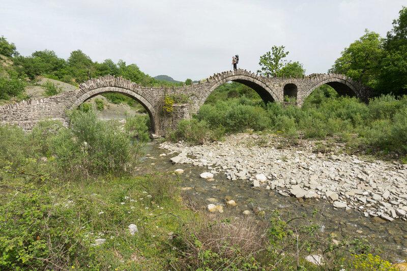 Старинный каменный мост Kalouta в горах Северный Пинд, Загория, Греция