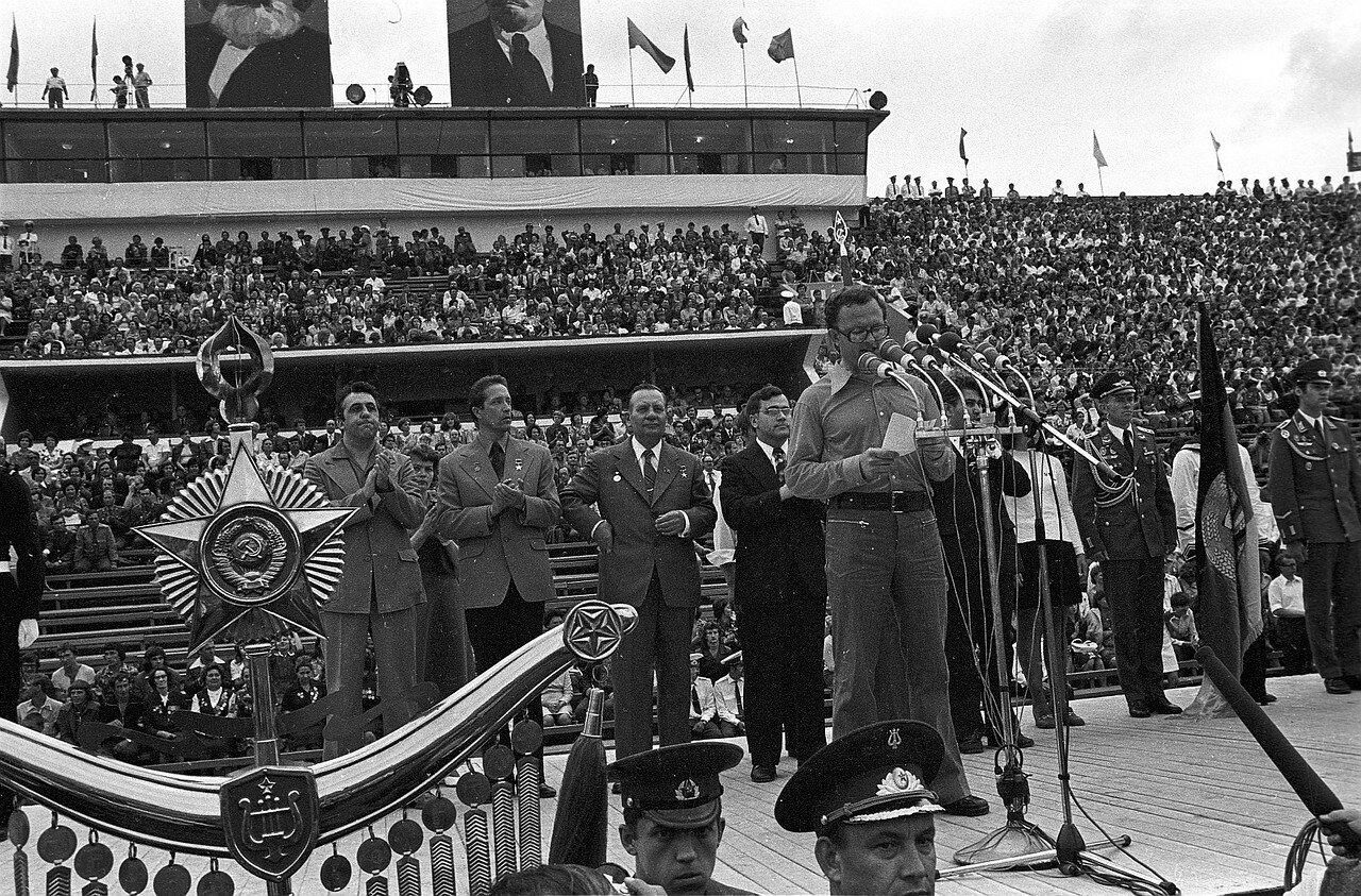 Официальные лица на сцене во время церемонии открытия IV Фестиваля Дружбы молодежи СССР и ГДР.  На заднем плане, аплодирует Эгон Кренц (справа)