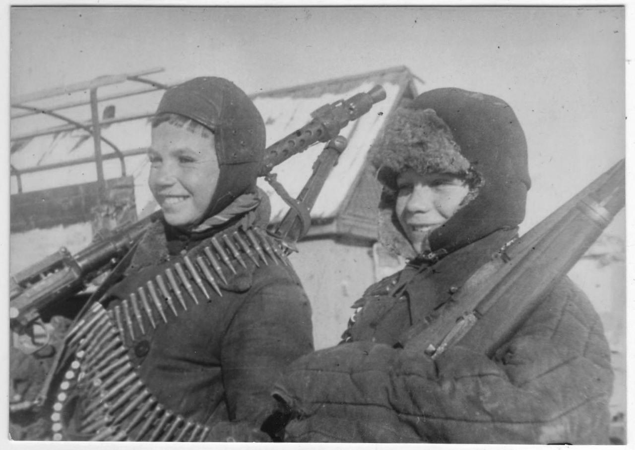 Мальчишки с трофейным пулеметом MG-34 и винтовкой Мосина.