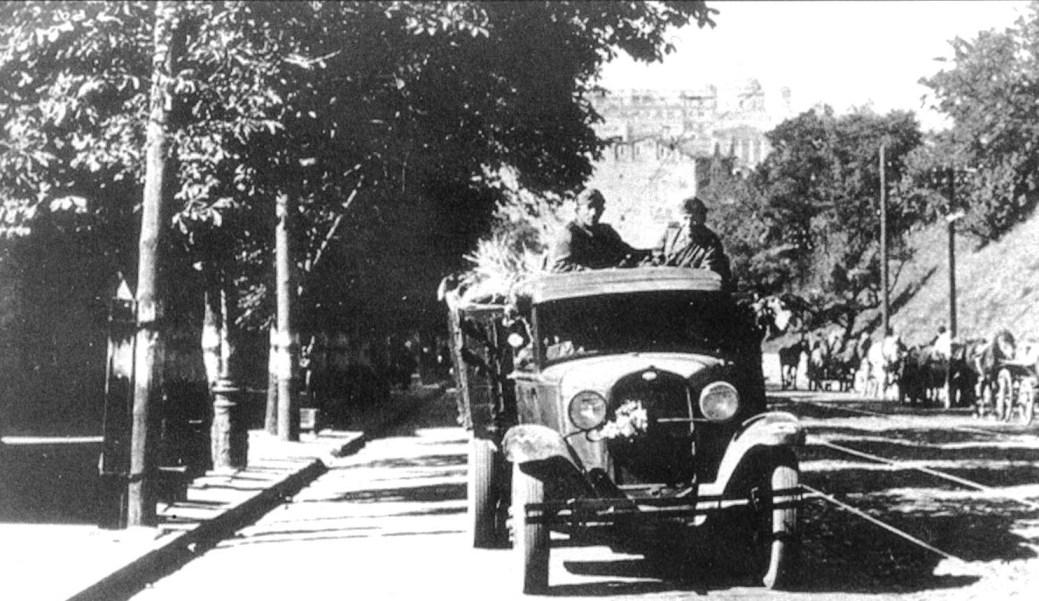 Немецкие солдаты на трофейном грузовике ГАЗ-АА.