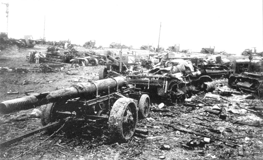 Брошенные советские орудия.