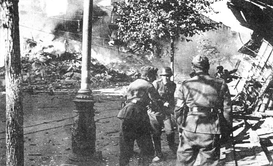 Немецкие саперы расчищают тротуары после пожара на Крещатике.