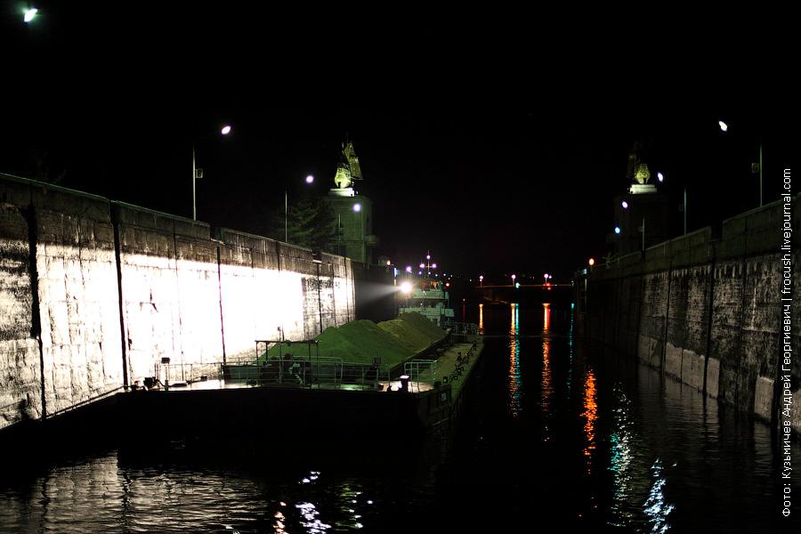 ночное фото шлюза №3 канала имени Москвы с каравеллами