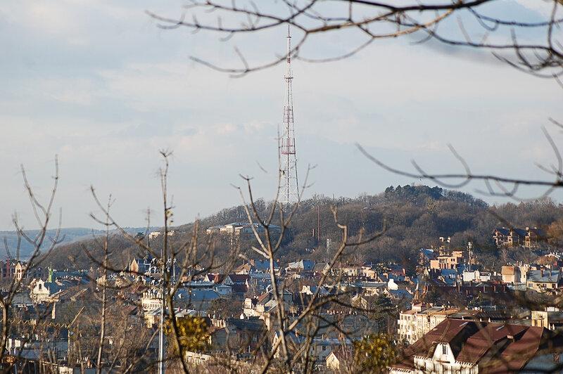 вид на Замковою гору с холма Славы