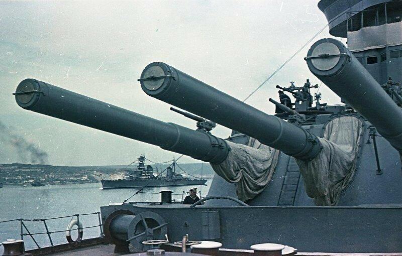1949 Иван Шагин. Линкор типа Севастополь. Вдали крейсер проекта 68.jpg