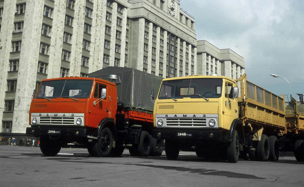 Автомобили КАМАЗ 1974 года производства.jpg
