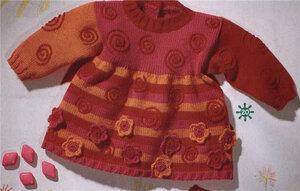 Трехцветное теплое платье с завитками и цветочками