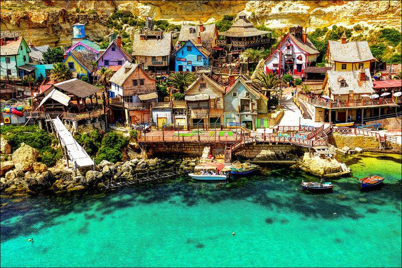 Popeye Village на острове Мальта. Небольшая группа ветхих деревянных домиков