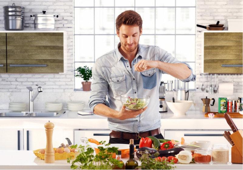 Если мужчина умеет готовить, может взять на себя эту обязанность хотя бы по выходным. Да, некото