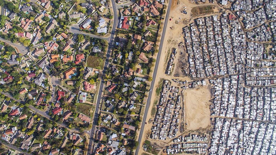 Чернокожие люди страдали от бесправия в ЮАР на протяжении столетий. С 1948 года режим апартеида защи