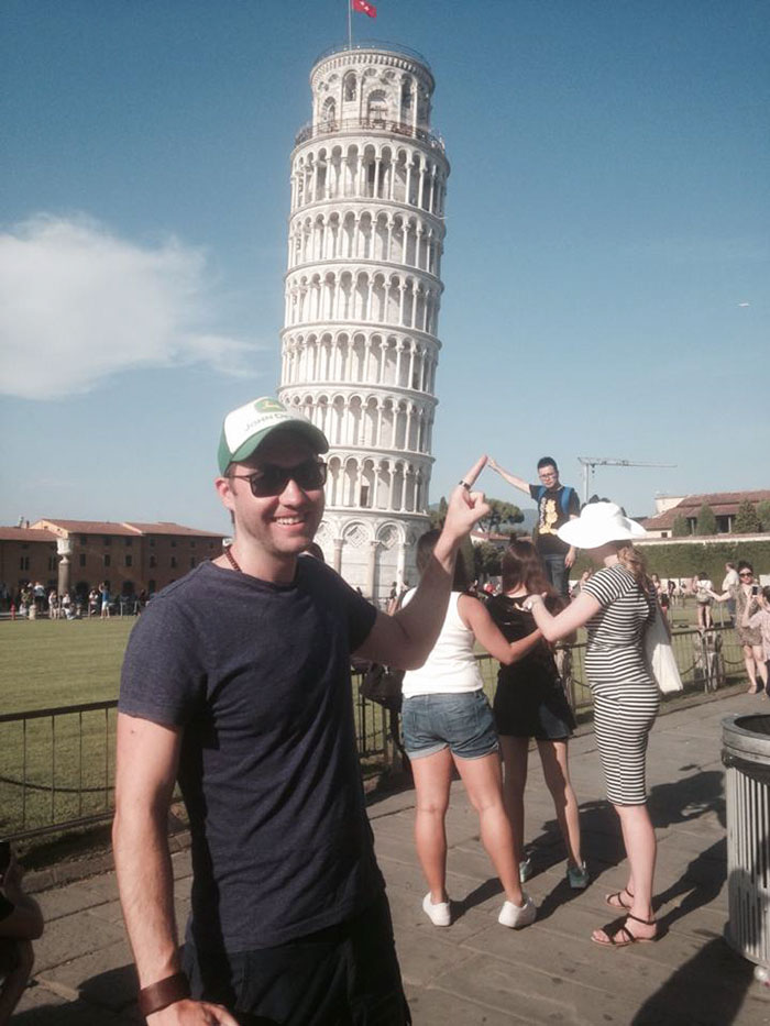 Как правильно троллить туристов у Пизанской башни (7 фото)