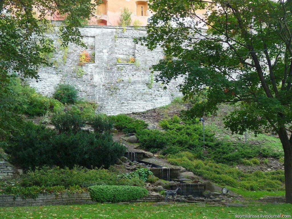 Вид на крепостную стену Вышгорода - Тоомпеа.