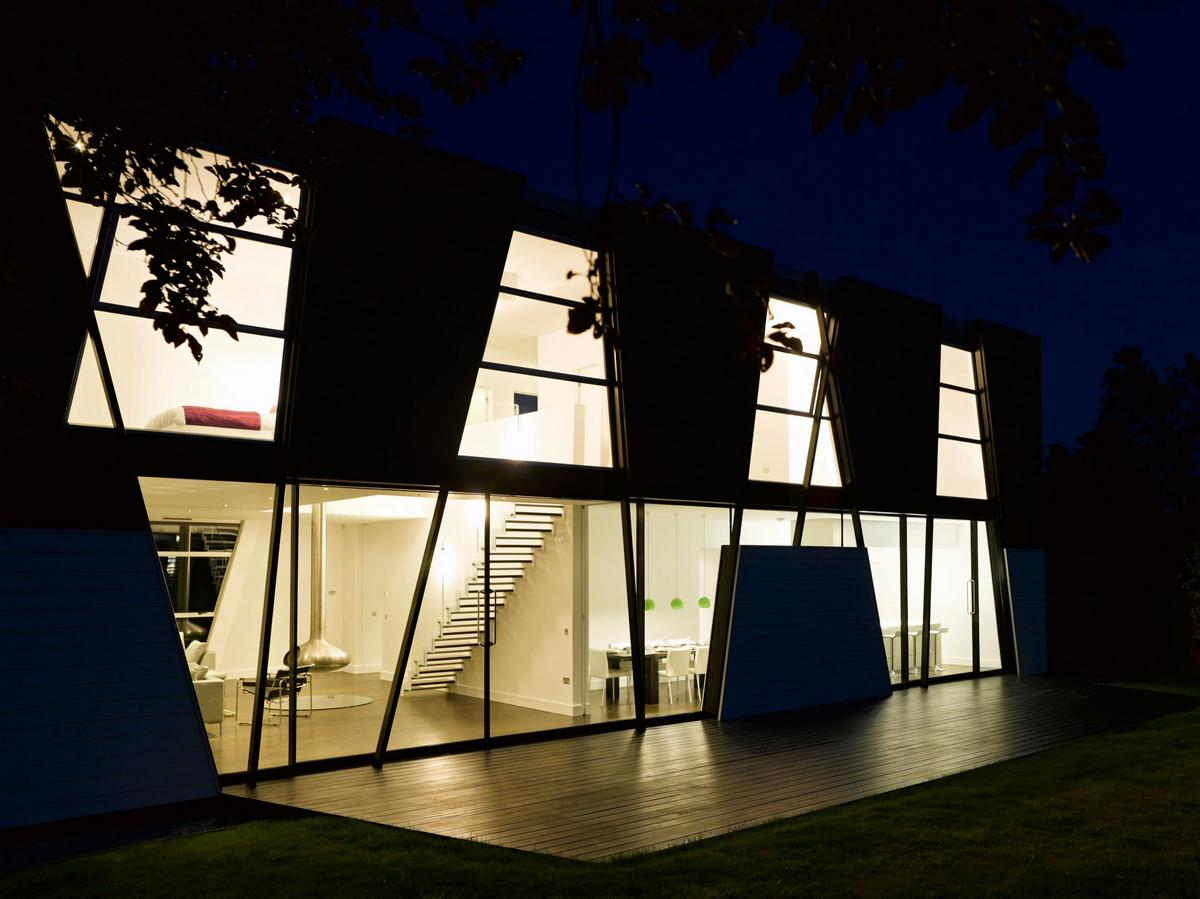 Matthew Heywood, Trish House, черно-белый дом, интерьер в стиле минимализма, дом в графстве Кент, частный дом в Англии, камин в гостиной дома