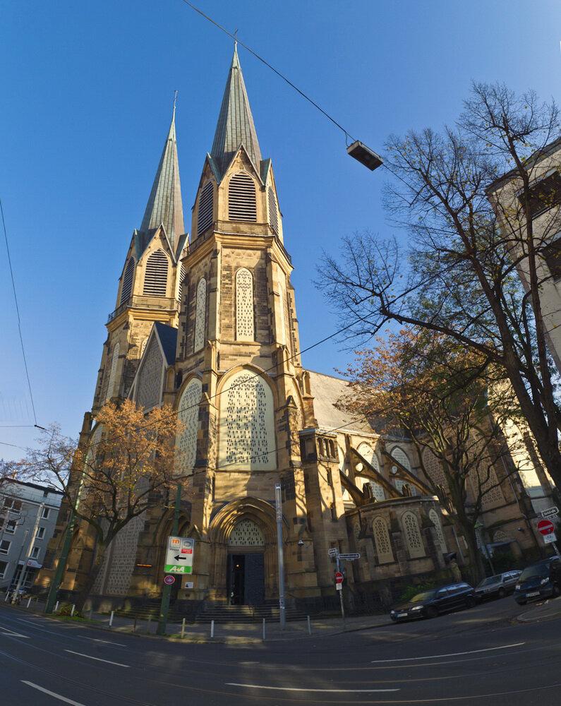 Вертикальная панорама Церковь Непорочного Зачатия Девы Марии, склеенная из 6-ти горизонтальных кадров. Прогулка по Дюссельдорфу.