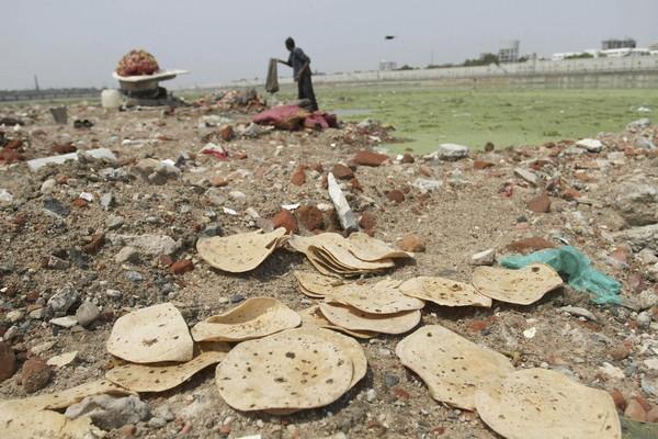 Выброшенный хлеб в Индии