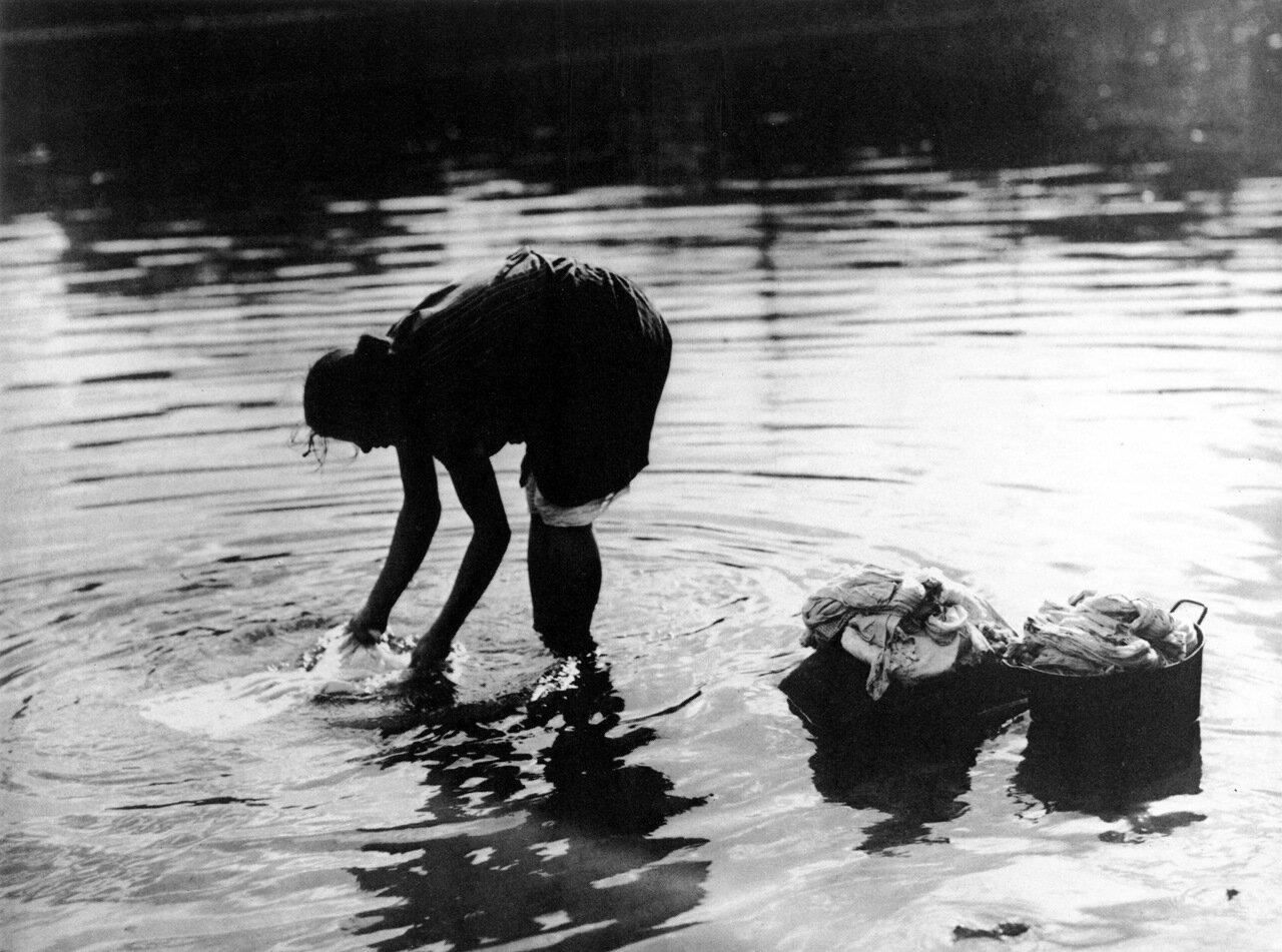 Прачка на Москва-реке. 20-е годы.