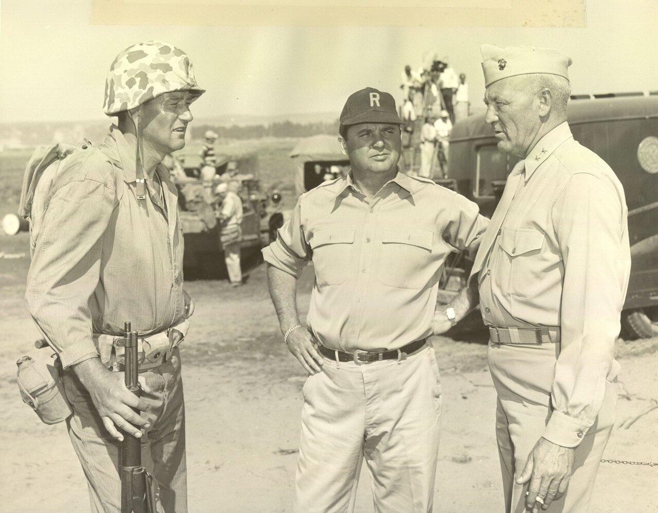 1949. Генерал-майор Грейвс Бланшар Эрскин и Джон Уэйн на съемках фильма Пески Иводзимы