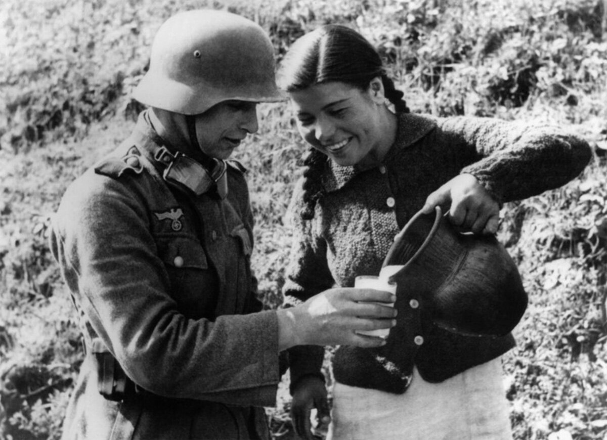 1941.Украина, немецкий солдат принимает предложеный стакан молока