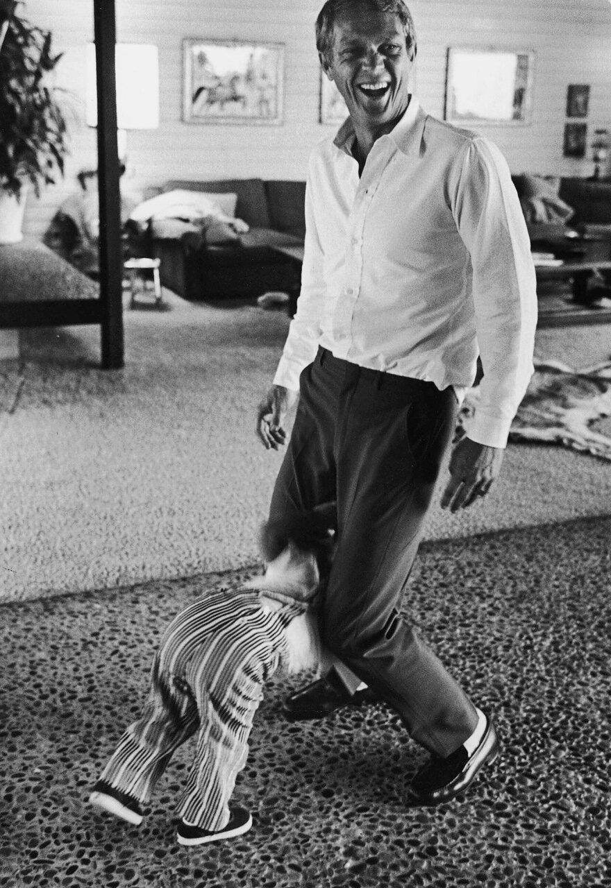 1963. Стив Маккуин играет с сыном, будущим актером b-movies Чадом МакКуином, у себя дома в Голливуде