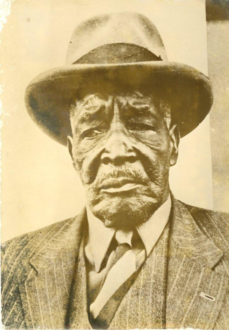 Осия Комомбумби Кутако, намибийской лидер и член организации Освобождения Юго-Западной Африки. В 1920 году стал официальным лидером гереро