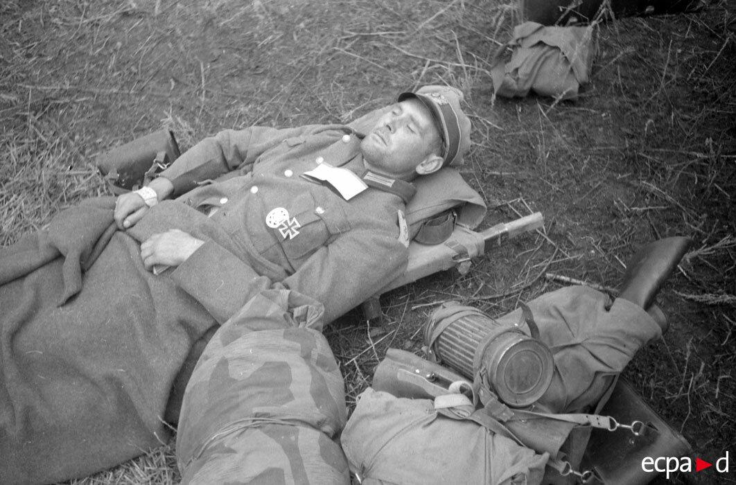 На немецком аэродроме раненых грузят в транспортный самолет Юнкерс Ju-52. Обер-лейтенант ждет своей очереди